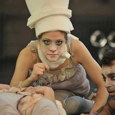 Angenommen Theater sei Spiel, würde es durch ein angenommenes Regelwerk definiert und von Schauspieler*innen und Zuschauer*innen gemeinsam gespielt.